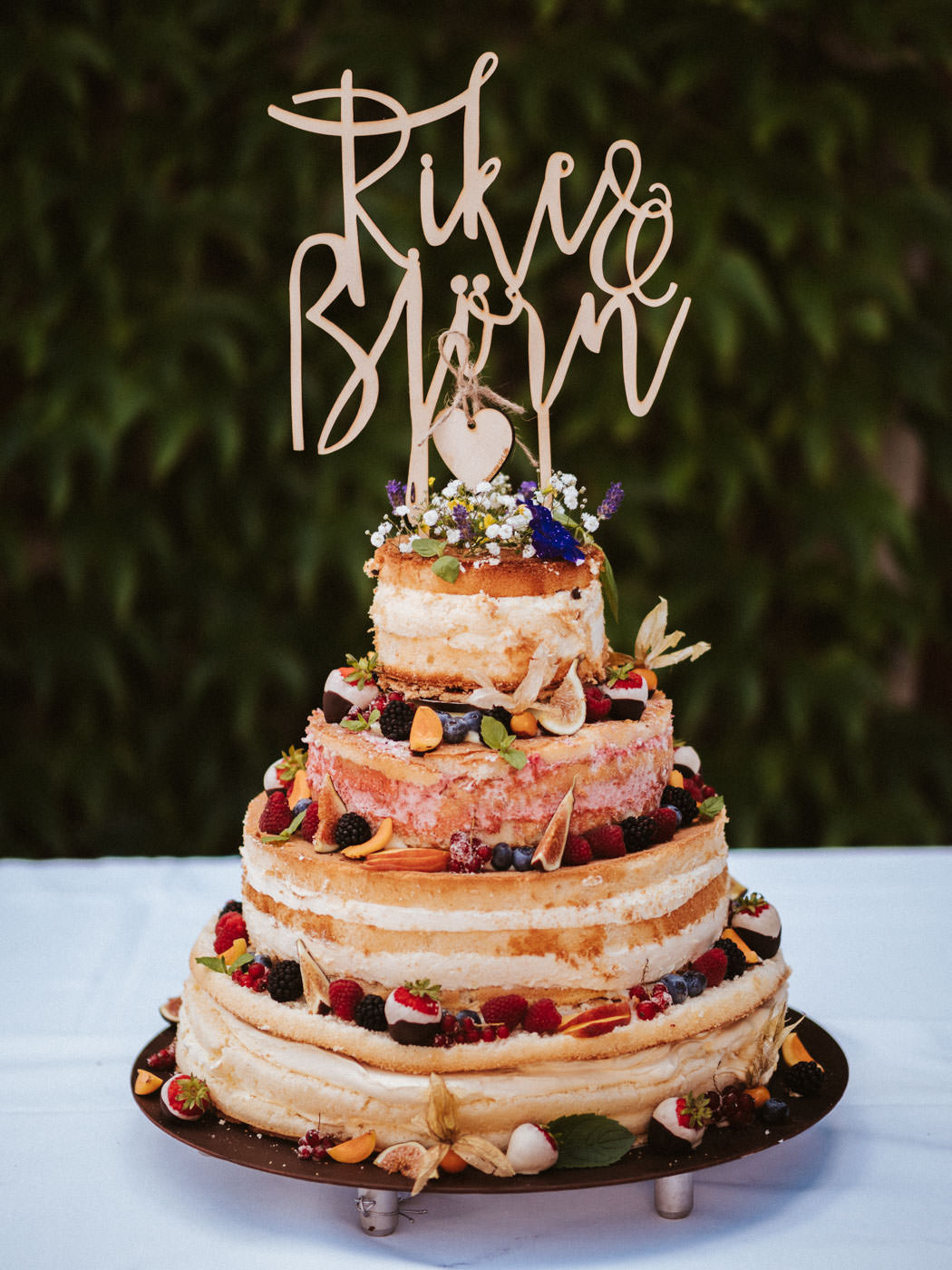 Naked Cake for the wedding, with fruits and flowers