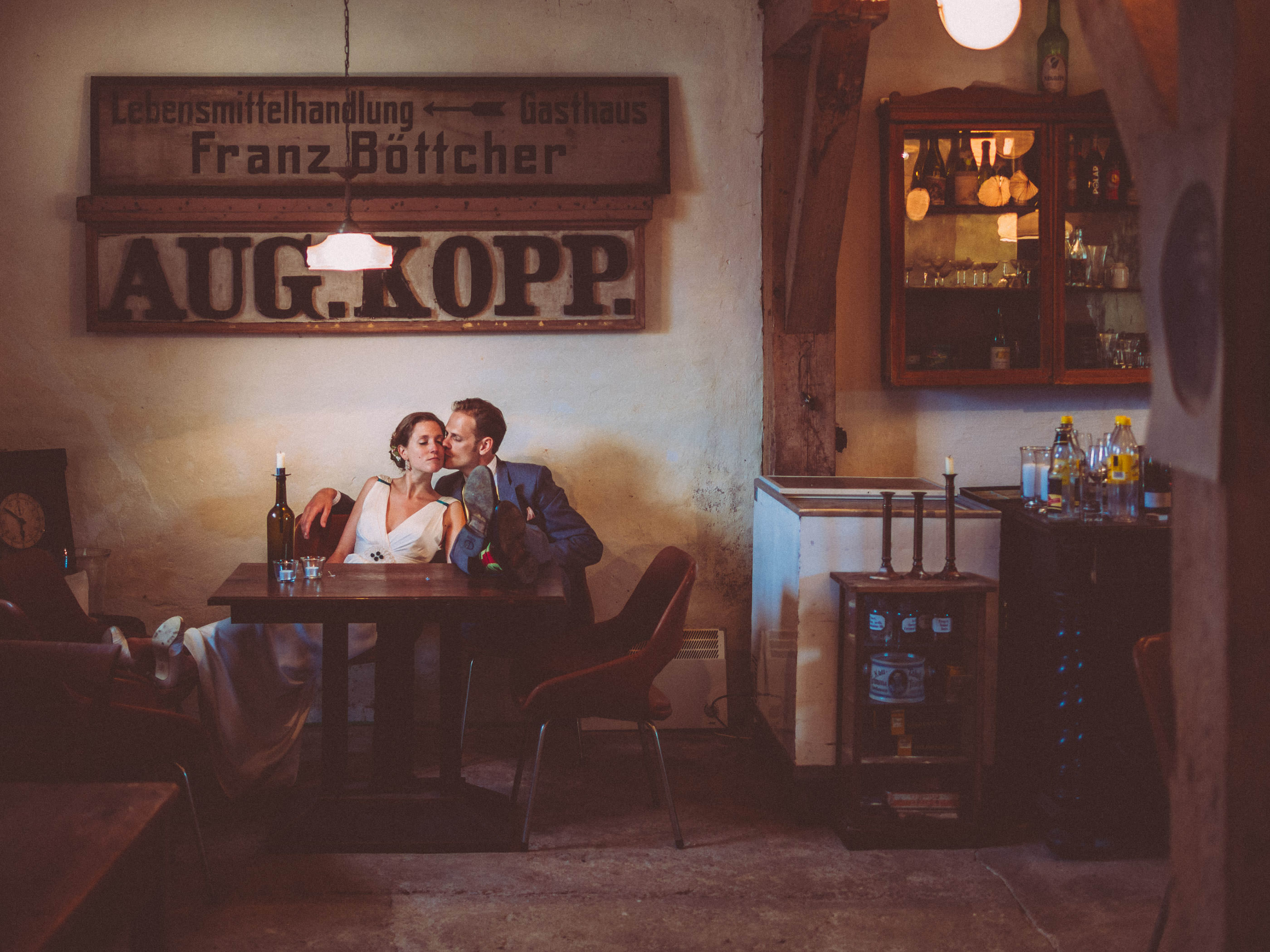 Weddingphoto in old German guesthouse - elope to Germany