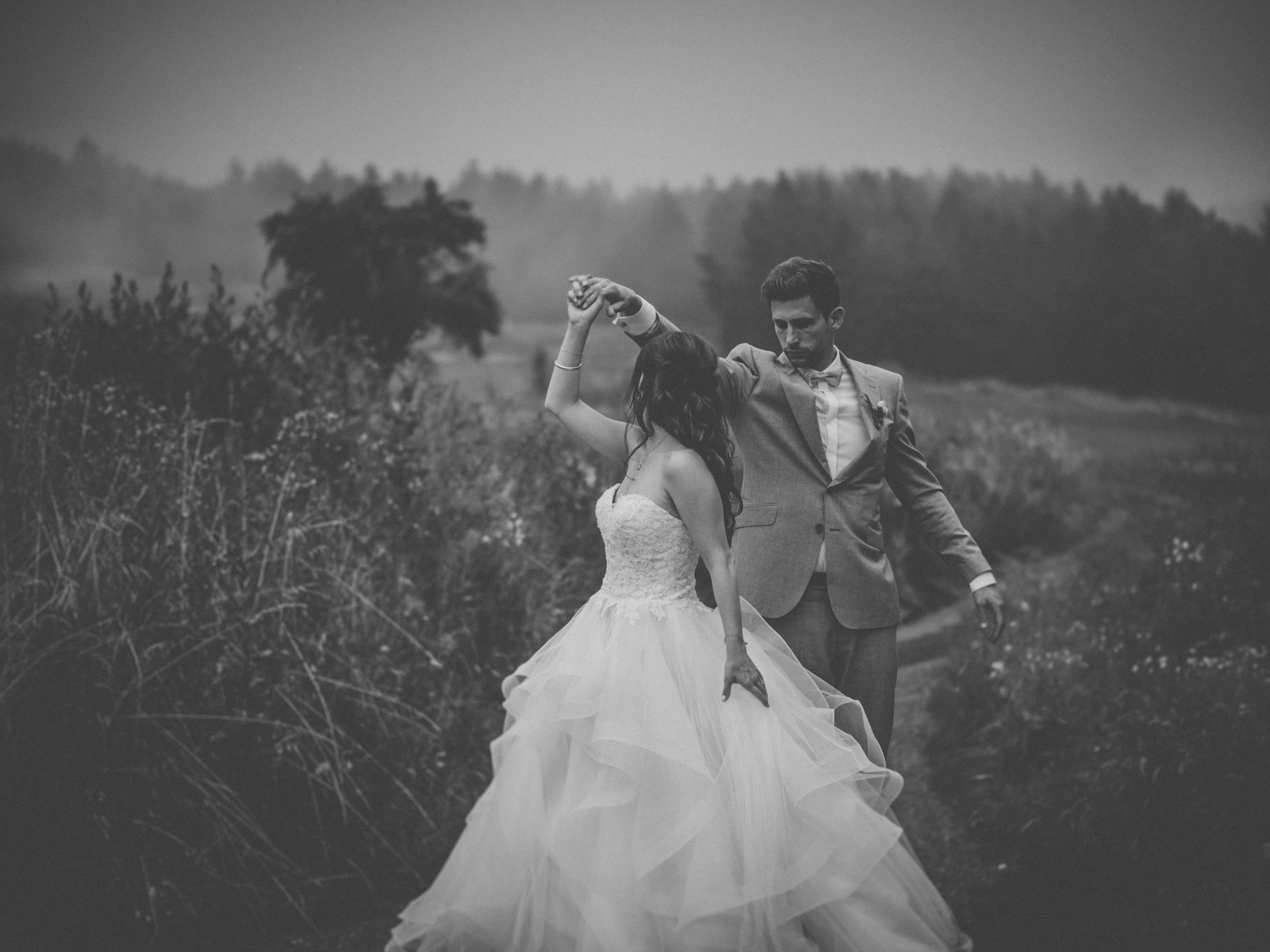 weddingphoto black and white, couple with upcoming fog
